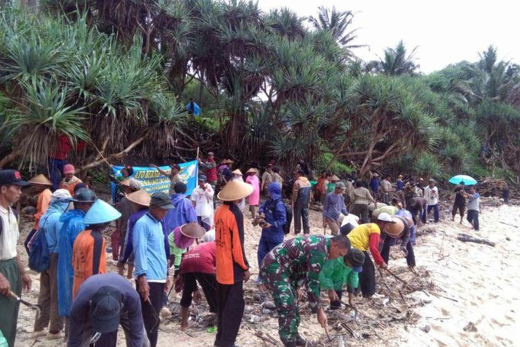 Warga dan Anggota Kodim 0730 Gunungkidul membersihkan Pantai Krokoh, Girisubo, Rabu (22/11/2017).