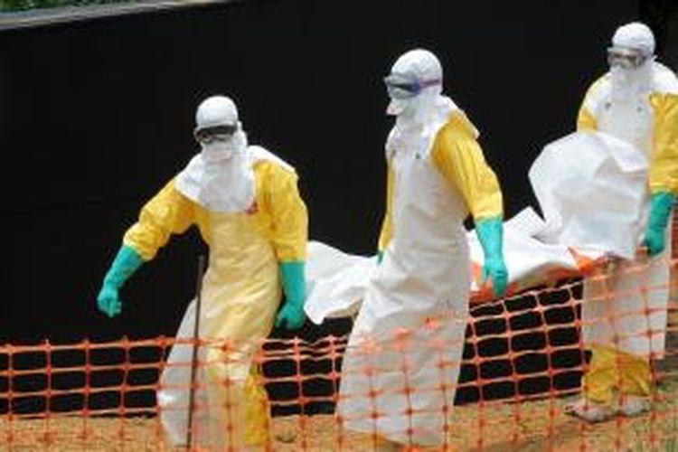 Para dokter dari organisasi Medecin Sans Frontier (MSF) mengangkut jasad seseorang yang meninggal dunia akibat ebola di Guekedou, Guinea pada 1 April 2014.