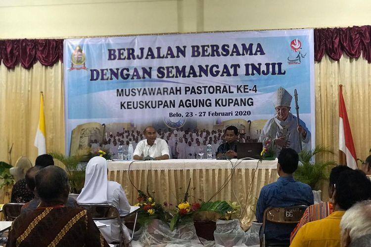 Gubernur Nusa Tenggara Timur (NTT) Viktor Bungtilu Laiskodat saat berbicara di depan peserta Musyawarah Pastoral (Muspas) IV Keuskupan Agung Kupang (KAK), di aula Susteran S.SpS Belo, Selasa (25/2/2020) malam.