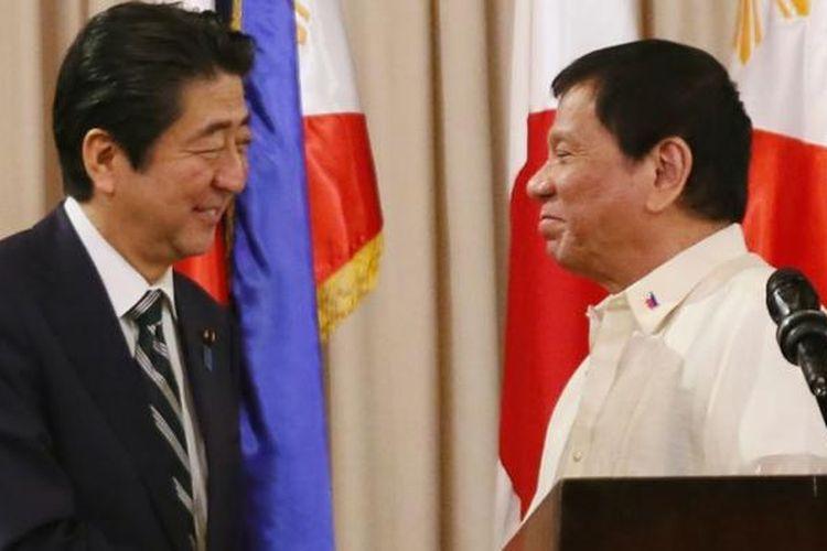 Perdana Menteri Jepang Shinzo Abe (kiri) berjabat tangan dengan Presiden Filipina Rodrigo Duterte di Istana Malacanang, Manila, 12 Januari 2017.