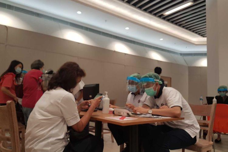 Suasana vaksinasi Covid-19 bagi lansia di Lippo Mall Puri Kembangan, Selasa (9/3/2021).