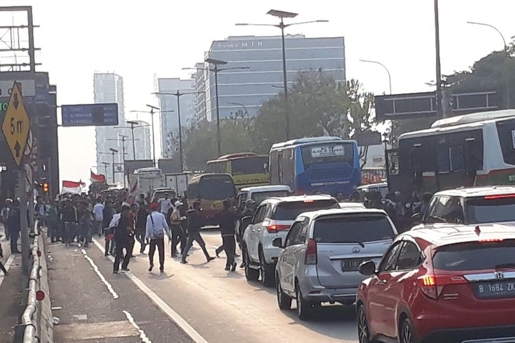 Tampak sejumlah pelajar tumpangi kendaraan di Tol Dalam Kota Cawang arah Semanggi untuk menuju Gedung DPR, Jakarta Pusat, Rabu (25/9/2019).