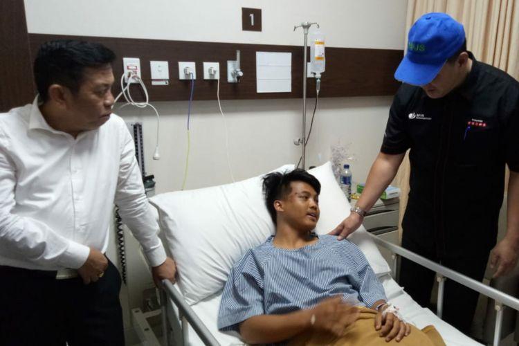 Tisna (20) salah satu korban selamat dalam kecelakaan di jalur alternatif Cikidang-Pelabuhan Ratu, dirawat di Rumah Sakit Siloam Bogor, Selasa (11/9/2018).