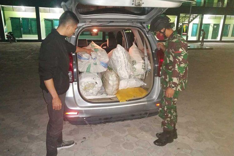 PHOTO:Kayu cendana seberat 200 kilogram disimpan di dalam mobil dan rencananya akan diselundupkan dari Timor Leste ke Indonesia