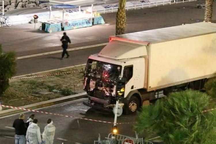 Truk lori yang digunakan dalam serangan teror di Nice, Perancis selatan, Kamis (14/7/2016) malam.