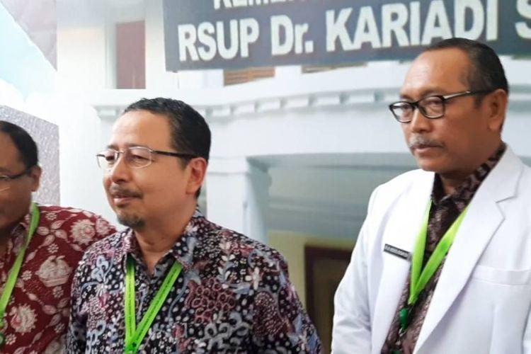 Direktur Medik dan Keperawatan RSUP Dr Kariadi, dr Agoes Oerip Poerwoko SpOG (K) MARS (tengah) bersama Ketua Tim Penyakit Infeksi Emerging RSUP Kariadi Dokter Muchlis Achsan Udji.