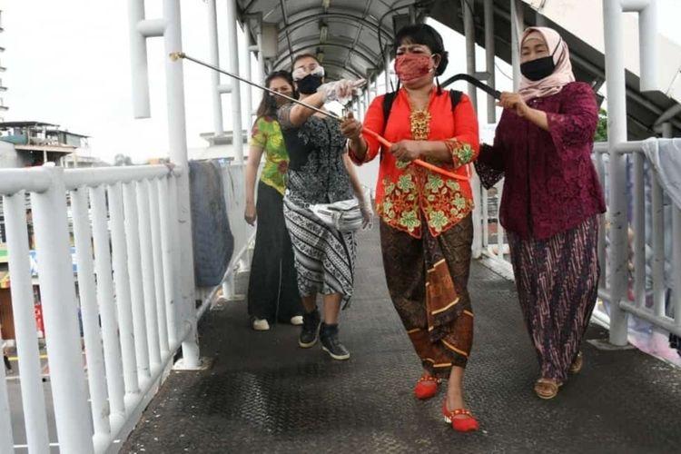 Ibu-ibu dari Persatuan Perempuan Peduli Pancasila (P4) merayakan peringatan Hari Kartini dengan melakukan penyemprotan disinfektan mengenakan kebaya di kawasan Terminal Kampung Melayu, Jakarta Timur, Selasa (21/4/2020).