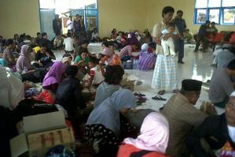 Ratusan warga asal pulau Masalembu, Sumenep, tertahan di pelabuhan Kalianget karena tidak ada kapal berani berlayar karena cuaca buruk sampai 29 Agustus mendatang.
