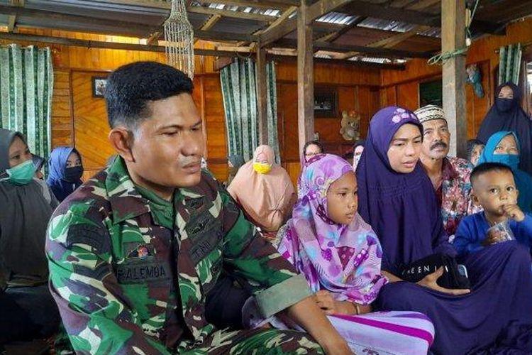 Sertu Palemba (kiri), anak kedua, Juhida, dan anak terakhirnya saat ditemui di rumah duka di Bulisu, Kelurahan Kassa, Kecamatan Batulappa, Kabupaten Pinrang, Sulawesi Selatan, Sabtu (16/01/2021). (Tribun Timur/Nining)