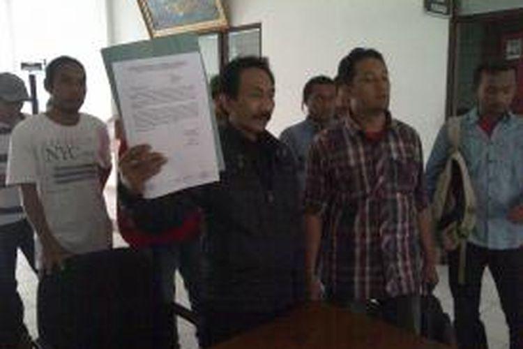 Delapan orang warga laporkan anggota DPRD Kabupaten Malang, Jawa Timur, yang diduga selingkuh ke Badan Kehormatan DPRD Kabupaten Malang, Kamis (4/12/2014).