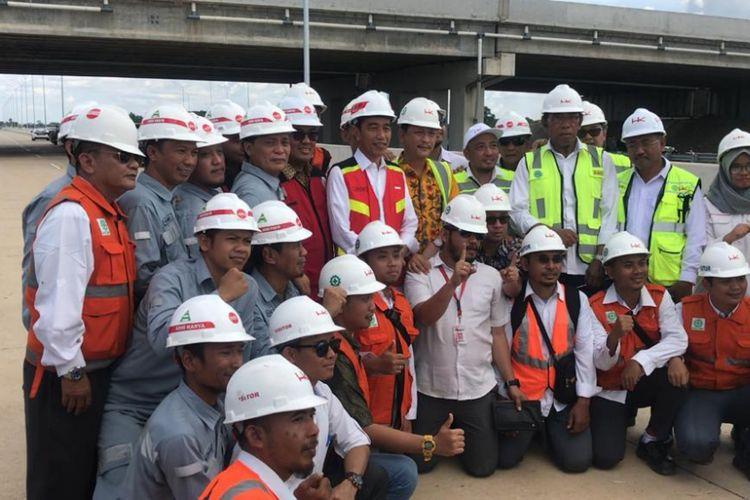 Para pekerja tol Trans Sumatera berfoto bersama Presiden Joko Widodo di ruas Bakauheuni-Terbanggi Besar, Lampung, Jumat (23/11/2018)..