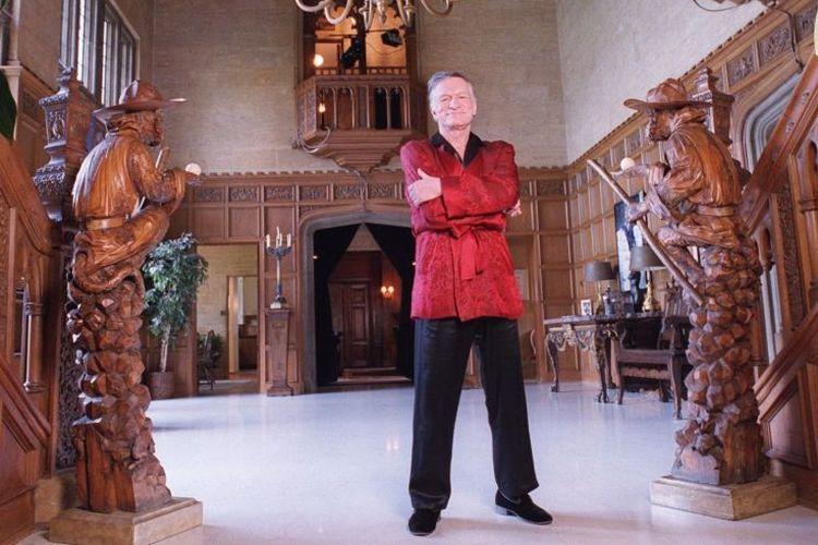 Almarhum pendiri Playboy Hugh Hefner di Playboy Mansion.
