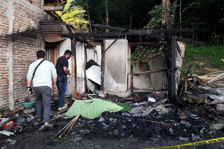 Polisi melakukan olah TKP kebakaran rumah di Desa Kedungjati, Kecamatan Sempor, Kabupaten Kebumen, Jawa Tengah, terbakar, Sabtu (30/5/2020).