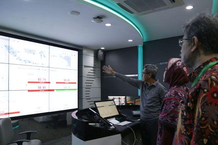 Rektor Universitas Padjadjaran Prof. Tri Hanggono Achmad menunjukkan kesiapan server pusat UTBK di seluruh wilayah di Indonesia melalui layar di ruang Command Center Unpad, Gedung Rektorat Unpad, saat pelaksanaan hari pertama UTBK Gelombang I yang digelar Sabtu (13/4).