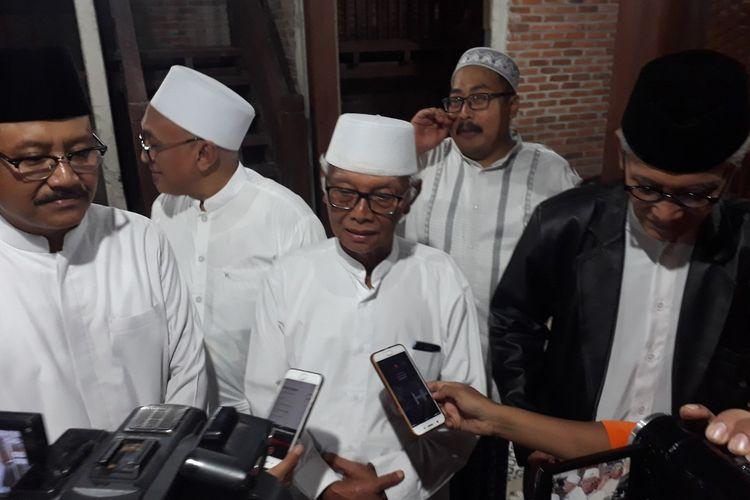 KH Anwar Iskandar (tengah).