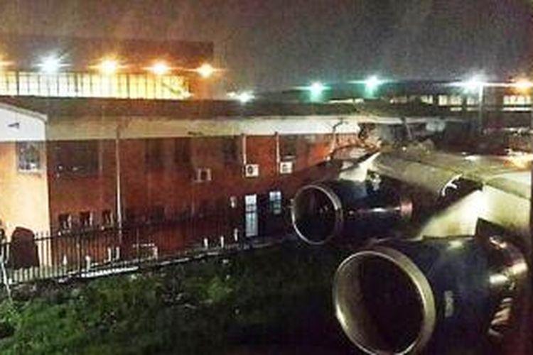 Foto yang beredar di Twitter menunjukkan sayap pesawat Boeing 747-400 milik British Airways yang menabrak bangunan di O.R. Tambo International Airport,  Johannesburg, Minggu (22/12/2013).