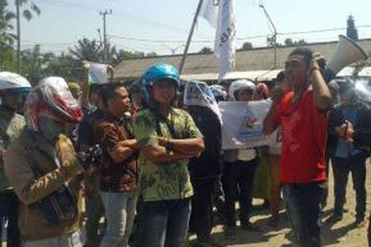 Santri di Pamekasan saat gelar unjuk rasa di depan kantor Panwaslu Pamekasan, Selasa (8/7/2014).