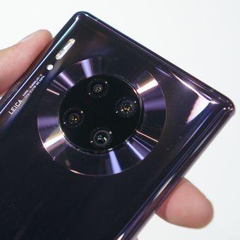 Modul kamera belakang Huawei Mate 30 dan Mate 30 Pro sama-sama berbentuk bundar, tapi ada perbedaan konfigurasi. Dalam hal ini, empat kamera di Mate 30 Pro (perangkat di foto) lebih baru dan canggih.