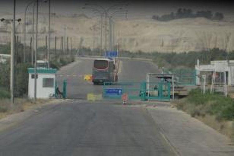 Jembatan Allenby merupkan sebuah pos pemeriksaan perbatasan di dekat kota Jeriko di Tepi Barat yang merupakan satu-satunya titik akses ke Yordania bagi warga Arab.
