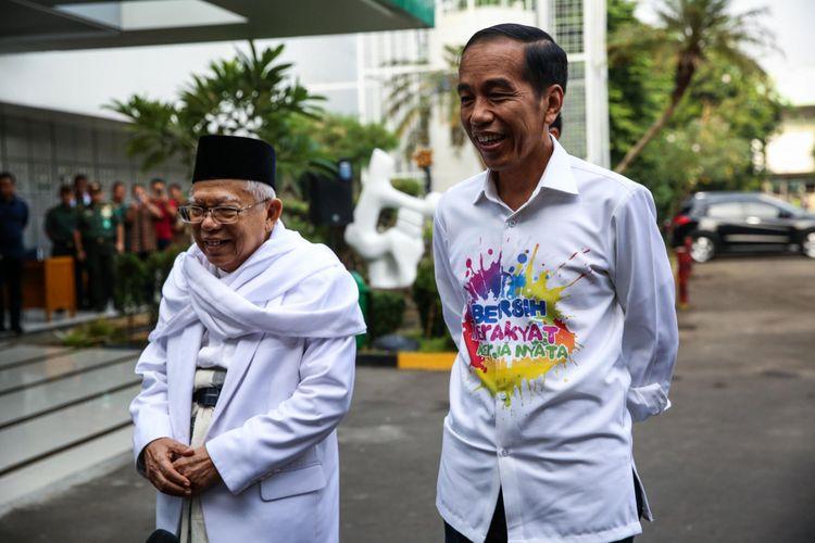 Calon Presiden dan Wakil Presiden, Joko Widodo dan Maruf Amin tiba untuk menjalani pemeriksaan kesehatan di Rumah Sakit Pusat Angkatan Darat Gatot Subroto, Jakarta, Minggu (12/8/2018). Selain pasangan Jokowi-Maruf Amin, pasangan Prabowo Subianto-Sandiaga Uno juga akan menjalani pemeriksaan kesehatan pada hari Senin 13 Agustus. Pemeriksaan kesehatan tersebut merupakan satu diantara syarat wajib yang diberlakukan KPU bagi capres dan cawapres untuk mengikuti Pilpres mendatang.