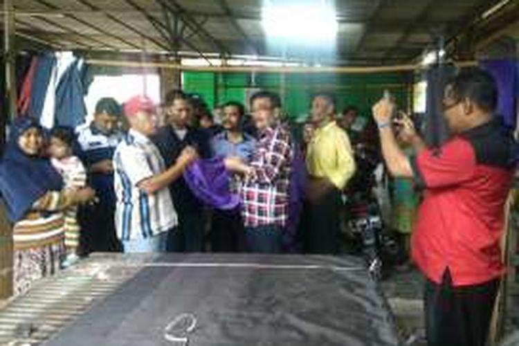 Calon wakil gubernur DKI Jakarta Djarot Saiful Hidayat sempat mampir melihat tempat pembuatan kasur lantai di RW 04 Kampung Kramat, Cipayung, Jakarta Timur, Rabu (2/11/2016).