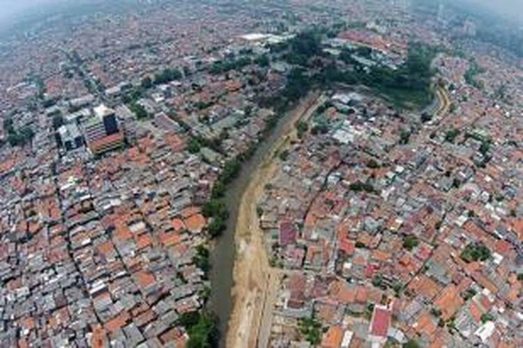 Permukiman padat di Bidaracina, di sepanjang bantaran Kali Ciliwung, Jatinegara, Jakarta Timur, Kamis (27/8/2015). Bidaracina merupakan kawasan yang akan digusur terkait proyek normalisasi dan sodetan Kali Ciliwung.