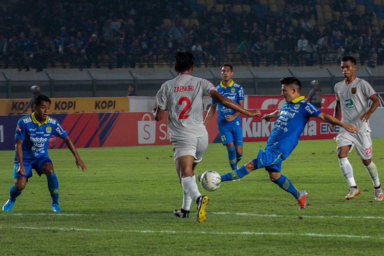 Gelandang Persib, Kim Jeffrey Kurniawan, mencoba mengamankan bola dari sergapan bek Persela saat kedua tim bentrok pada pekan ke-30 Liga 1 2019, di Stadion Si Jalak Harupat, Selasa (3/12/2019).