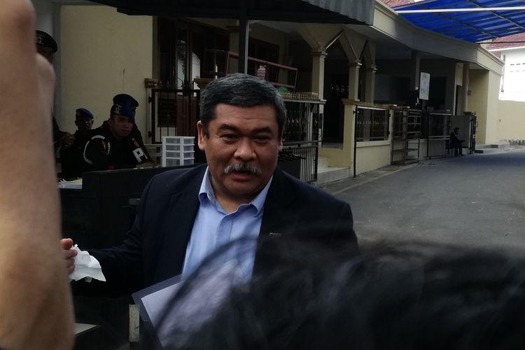 Penasihat hukum Mayor Jenderal TNI (Purn) Soenarko, Firman Nurwahyu saat keluar dari Pomdam Jaya Guntur usai mengurus administrasi penangguhan penahanan Soenarko, Jumat (21/6/2019)