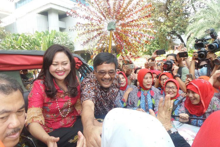 Mantan Gubernur DKI Jakarta Djarot Saiful Hidayat dan istrinya Happy Farida menaiki kereta kencana dalam acara pelepasan di Balai Kota DKI, Minggu (15/10/2017).