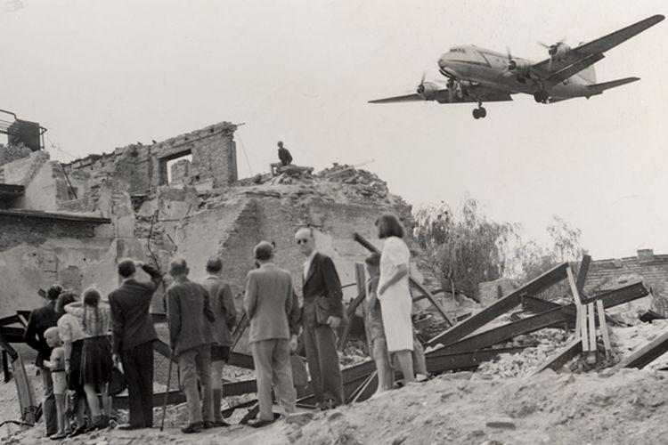 Warga Jerman dan pesawat pengirim pasokan logistis