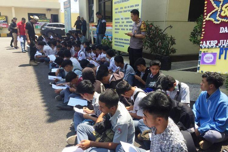 Ratusan pelajar SMK di Cianjur, Jawa Barat diamankan di Mapolres Cianjur, Kamis (26/09/2019) setelah terjaring saat hendak berangkat ke Jakarta untuk mengikuti aksi unjuk rasa.