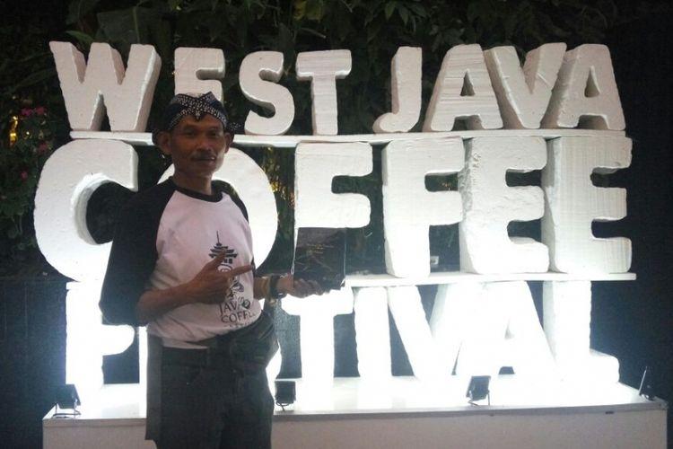 Wahid, petani kopi palasari, pegunungan Manglayang.