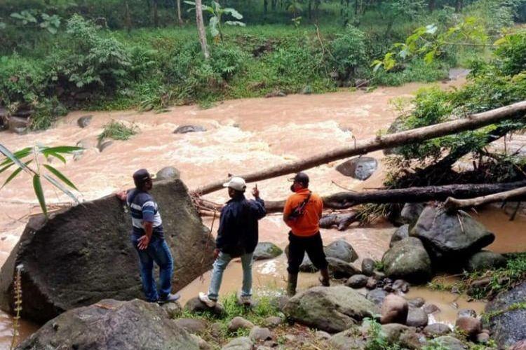 Sebuah sepeda motor ditemukan diatas jembatan di Ngawi, diduga pemilik melakukan uoaya bunuh diri dengan terjun dari patas jembatan.