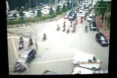 Mobil Seruduk Motor Gara-gara Tak Paham