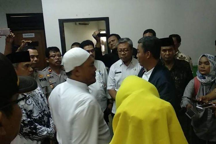 Ketua DPRD DKI Jakarta Prasetio Edi Marsudi meninjau kompleks pendidikan Al Kamal di Jakarta Barat pada Jumat (25/1/2019).