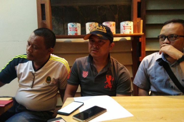 Kasubag Perlengkapan dan Pemeliharaan Bambang Nugraha dan Kabag Humas dan Protkol Sekretariat DPRD Jabar Yedi Sunardi saat menjelaskan kronologi penamparan yang dilakukan Ketua DPRD Jabar Taufik Hidayat di Jalan Progo, Bandung, Sabtu (5/10/2019) sore