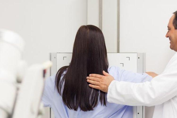 Ilustrasi pemeriksaan payudara dengan menggunakan alat mamografi