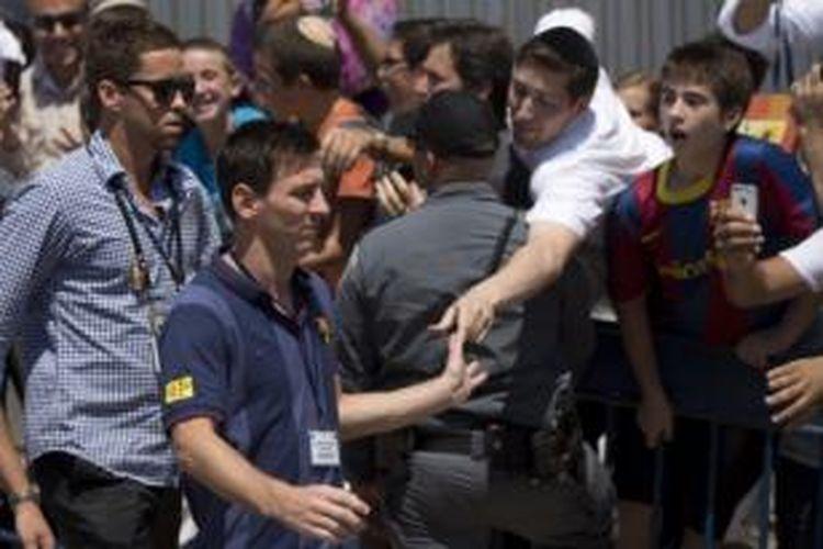 Bintang Barcelona, Lionel Messi, dalam kunjungan rombongan tim ke Jerusalem, Israel, Minggu (4/8/2013). Setelah dari Israel, Barcelona akan langsung bertolak ke Thailand.