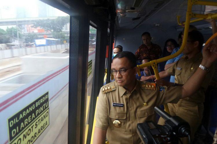 Gubernur DKI Jakarta Anies Baswedan naik bus transjakarta menuju Halte Mampang Prapatan, Selasa (17/10/2017).