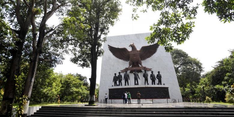 Pengunjung melihat Monumen Pancasila Sakti di kawasan Lubang Buaya, Jakarta Timur, Minggu (8/5/2011). Nilai-nilai luhur Pancasila sebagai pemersatu bangsa saat ini dikhawatirkan semakin pudar seiring dengan makin kurangnya generasi muda mempelajari dan memahami Pancasila serta makin maraknya budaya kekerasan di kehidupan bangsa.