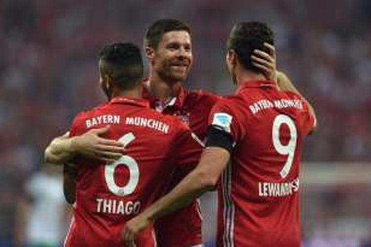 Gelandang Bayern Muenchen, Xabi Alonso, merayakan gol ke gawang Werder Bremen bersama rekan-rekannya di Allianz Arena, 26 Agustus 2016.