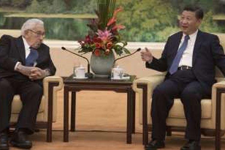 Henry Kissinger (kiri) dan Xi Jinping.