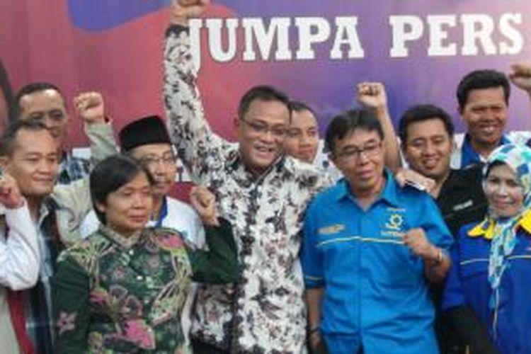 Kepala Badan Nasional Penempatan dan Perlindungan Tenaga Kerja Indonesia Jumhur Hidayat (tengah, mengenakan pakaian batik) mengumumkan kesiapannya maju sebagai kandidat calon presiden pada Konvensi Demokrat.