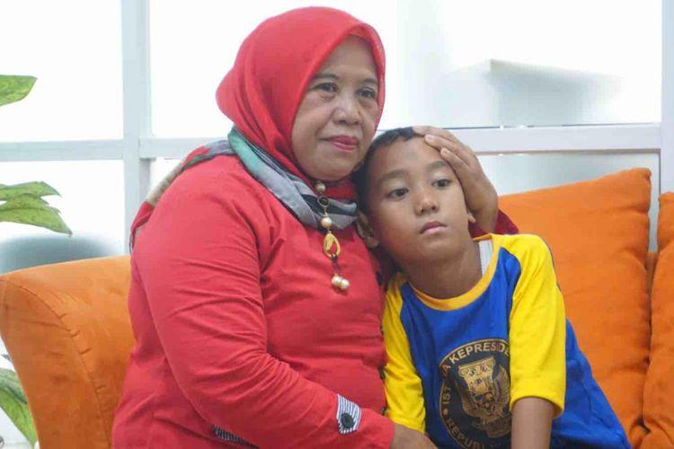 Revan dan tantenya, Syariah kini berusaha melanjutkan hidup setelah tsunami yang merenggut anggota keluarga mereka, Selasa (8/1/2018).