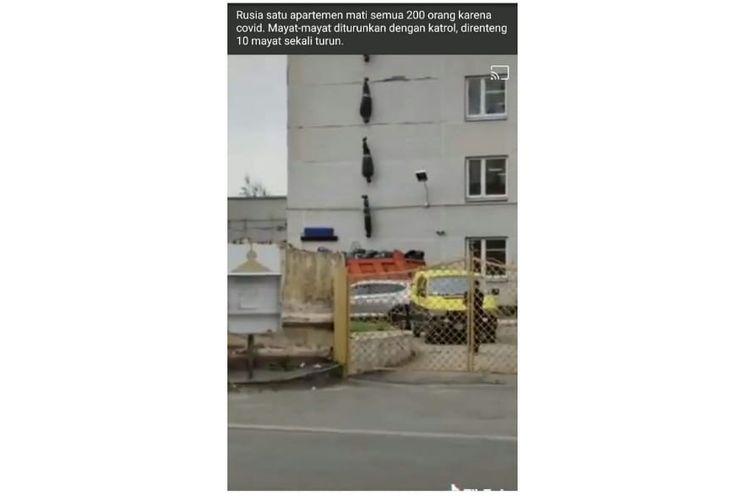 Video dengan narasi mayat Covid-19 diturunkan dari apartemen di Rusia.