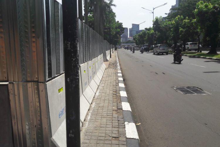 Trotoar di depan Gelor Bung Karno yang menyempit akibat proyek revitalisasi Gelora Bung Karno, Rabu (7/3/2018).