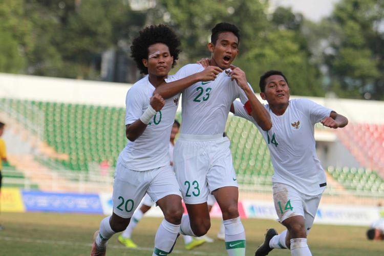 Para pemain timnas U-18 Indonesia merayakan gol ke gawang Myanmar pada pertandingan yang berlangsung di Stadion Thong Nhat pada Rabu (14/8/2019) sore.