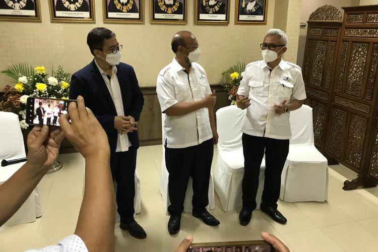 Rektor UT Prof. Ojat Darojat (tengah) didampingi Ketua Senat UT Prof. Hanif Nurcholis (kanan) setelah memberikan penjelasan kepada media terkait rencana UT menjadi PTN-BH di kampus UT, Tangerang Selatan (11/5/2021).