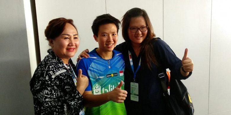 Pebulu tangkis ganda campuran Indonesia, Liliyana Natsir (tengah), berpose dengan sang ibu (kiri) dan saudaranya pada sesi konferensi pers Indonesia Open 2018, di Istora Senayan, Jakarta, Sabtu (7/7/2018).