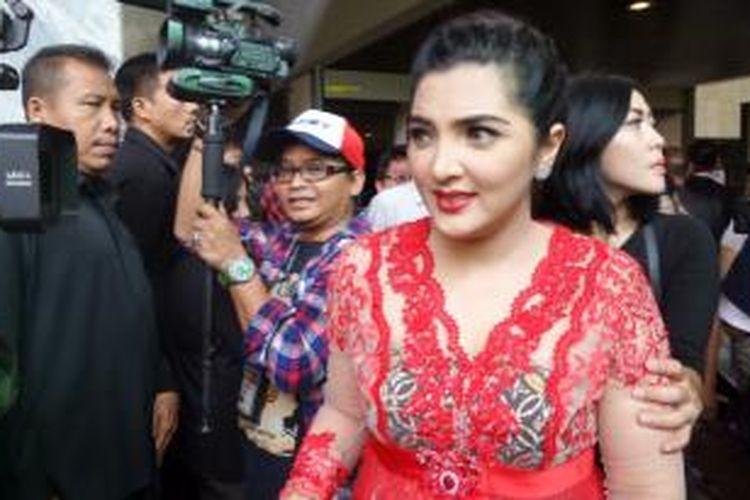Penyanyi Ashanty Siddik untuk kali pertama berada di kompleks Gedung DPR RI, Senayan, Jakarta. Pada Rabu itu (1/10/2014) ia hadir di sana menemani suaminya, artis musik Anang Hermansyah, yang dilantik menjadi anggota DPR RI 2014-2019.